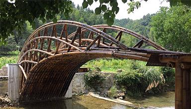 安徽黄山市悬岸飞桥 竹建筑 正在有条不紊的施工